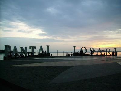 pantai losari di sulawesi selatan merupakan tempat untuk Lakukan hal-hal romantis -jalan berdua di pantai