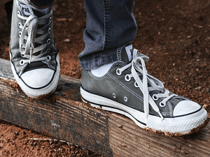 style-memakai-sepatu-converse-cowok