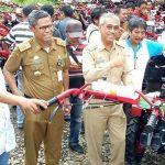 Bupati Luwu Timur Serahkan Bantuan 100 Unit Traktor ke Petani